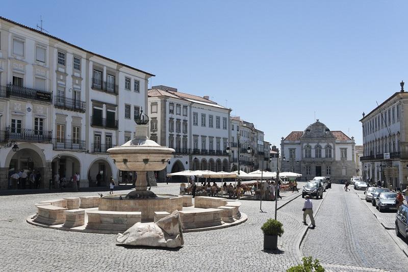 picture of market square in Evora