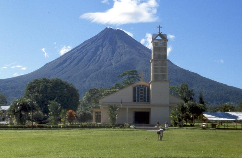 costa-rica-la-fortuna-church