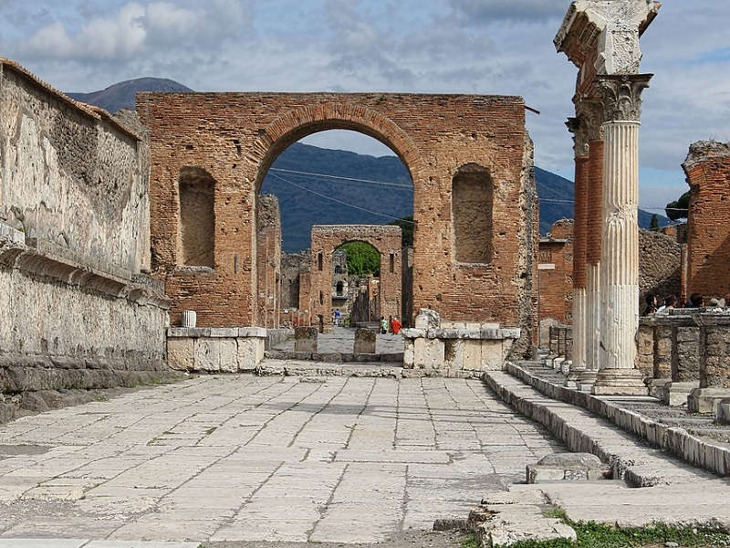 Image of old ruins in Pompeii.